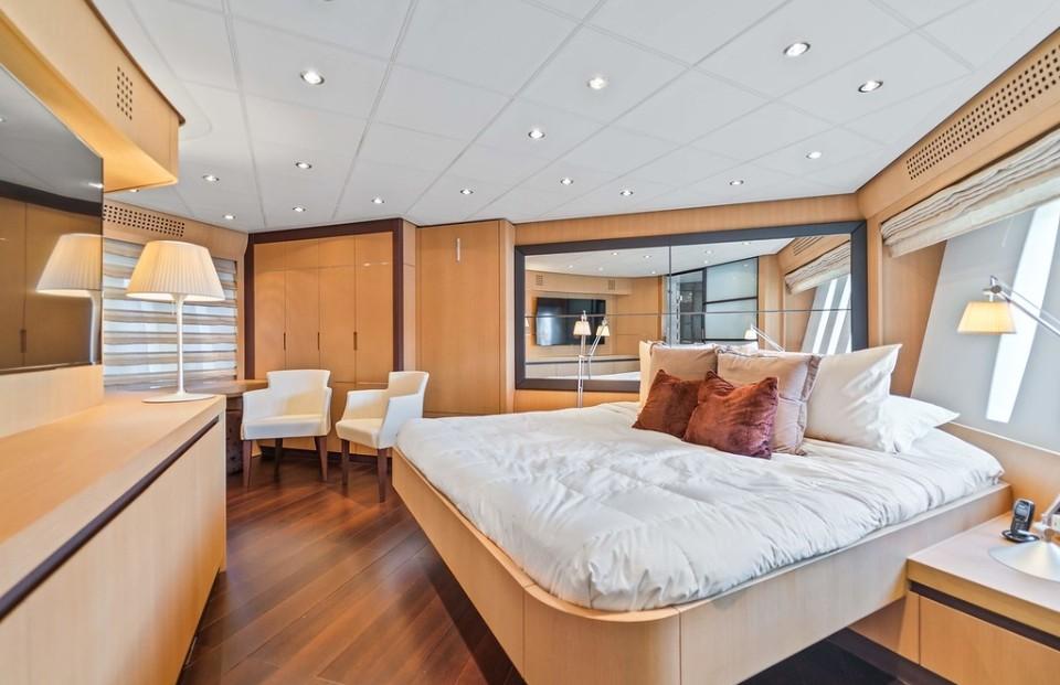 94' Pershing miami yacht charters